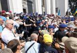 В Киеве полиция применила слезоточивый газ против протестующих пенсионеров