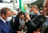 В президента Франции Макрона бросили предмет, похожий на яйцо
